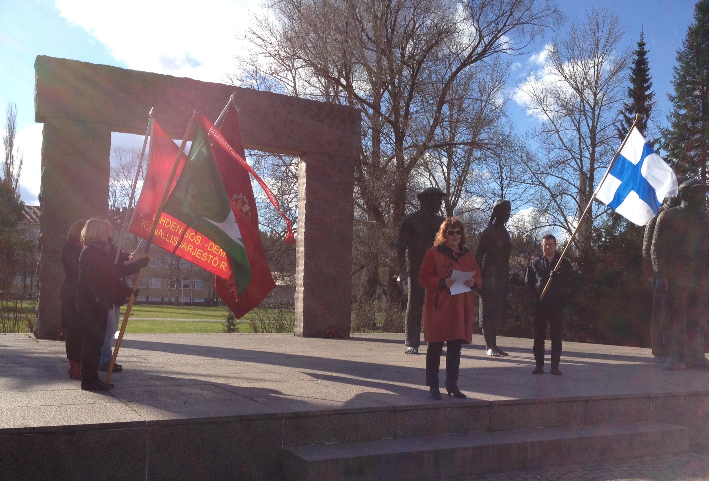 Vasemmistoliitto ja SDP kunnioitamassa aatteensa vuoksi henkensä menettäneitä tovereita 30.4.2015 Fellmannin puistossa Punavankimuistomerkillä